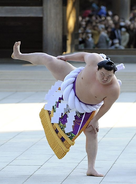 Yokozuna Hakuho performs the ceremonial entrance into the ring at the Meiji shrine in Tokyo.   //  Toshifumi Kitamura / AFP/Getty Images