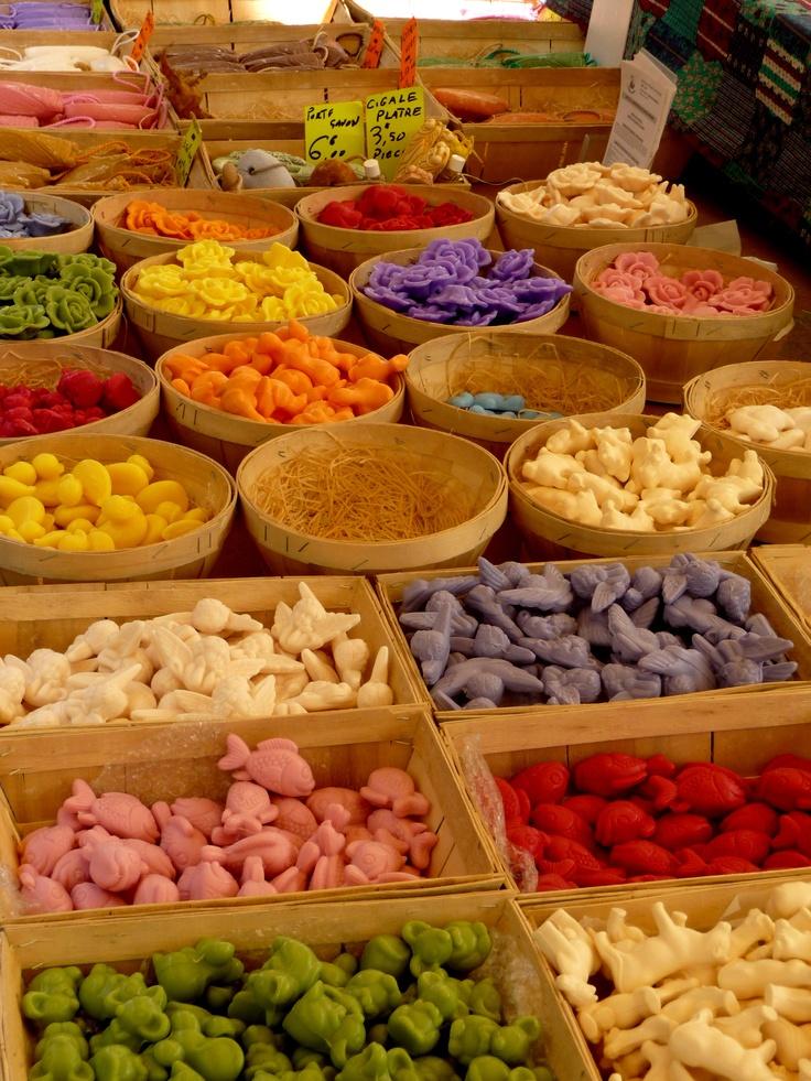 Le marche provencal...a Saint Remy, au Lavandou, a Bormes les Mimosas, a Port Grimaud...encore et toujours pour les couleurs, les parfums, les spécialités locales et les paniers en paille