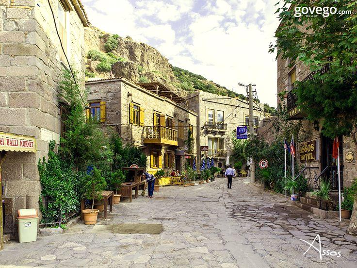 Aristo'nun felsefe okulu kurduğu; Kadırga Koyu, Yeşil Liman, Koruoba Sahili, Sivrice Koyu, Sokakağzı ile yaz kış küçük ve tatillerin vazgeçilmezi... Misss gibi kekik kokan sokakları ve tarihi evleriyle sizi büyüleyecek olan #Assos'tan herkese güzel bir gün diliyoruz. :)  #günaydın  www.govego.com/canakkale-otobus-bileti www.govego.com/canakkale-ucak-bileti