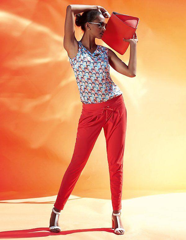 Der elegant lässige Jogg-Pant Style wird durch die knallige Farbe zum Eyecatcher des Sommers.