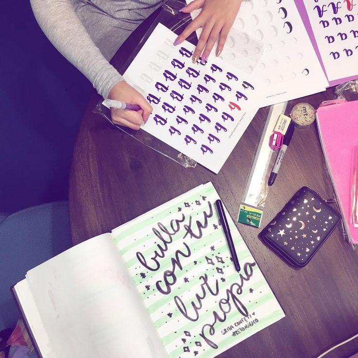 """Estamos en curso de caligrafía y bullet journal ✨pero decidimos caligrafear el #retomágico de hoy y platicar sobre no temer a brillar y sobresalir. Ve con paso firme, no de puntitas para no """"lastimar"""" a quien es inseguro. Cree en tus propias ideas, arriésgate a tomar tu propio camino. HOY ¿qué vas a dejar de hacer para complacer a los demás? Anótalo en tu libreta"""