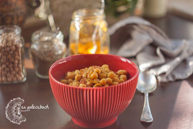 Chana Masala (चना मसाला) - aromatyczne curry z ciecierzycy to prosty i przepyszny pomysł na obiad prosto z Indii.  Przepis na www.napaleczkach.pl | Indian chickpea curry, kuchnia indyjska