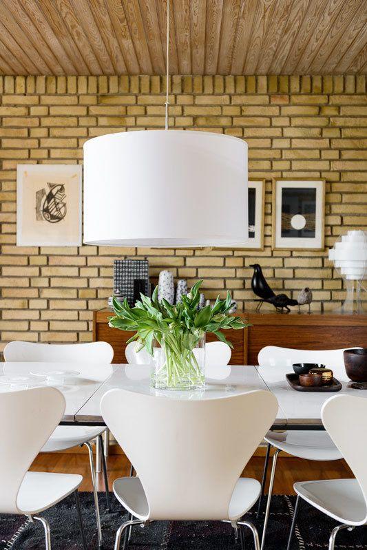 Столовая примыкает непосредственно к кухне, поэтому цвета столовой, в значительной степени, перекликаются с цветами отделки кухни. .