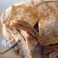 Panquecas de Quinoa!! Esta receta la he dado antes pero aquí va de nuevo: licúan 4 claras, 1/3 de taza de hojuelas de quinoa  una cucharada de semillas de Chía o linaza molida, canela, stevía, un chorrito de agua, vainilla..estas panquecas son altas en proteínas, fibra y libres de gluten! Ñumm!! ❤️