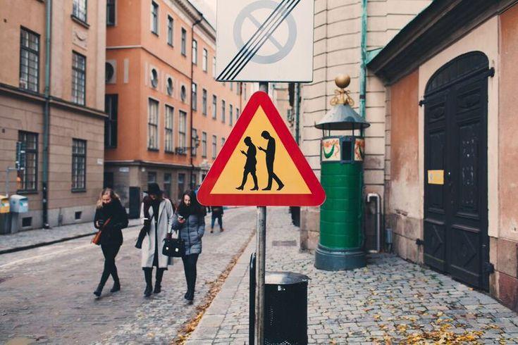 Фото: Дорожный знак «Люди со смартфонами» на улицах европейских городов
