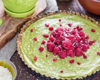 Tarte paléo sans cuisson banane, avocat et framboises : http://www.fourchette-et-bikini.fr/recettes/recettes-minceur/tarte-paleo-sans-cuisson-banane-avocat-et-framboises.html