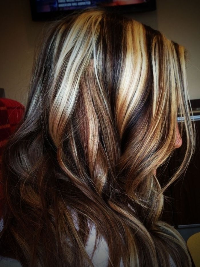 Streaks In Dark Brown Caramel Brown And Platinum Blonde On Wavy Layered Hair Worn By Woma In 2020 Brown Hair With Blonde Highlights Brown Blonde Hair Blonde Highlights
