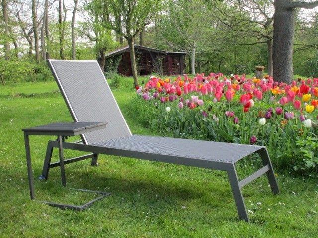 Geradlinige Gartenliege Aus Aluminium Und Textilene Mit Passendem Beistelltisch Gartenmobel Gartenliege Alumin Gartenliege Gartenliege Aluminium Gartenmobel