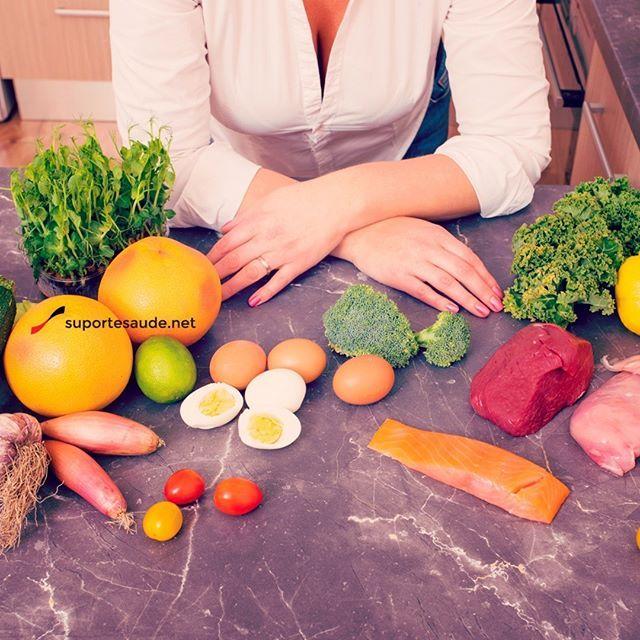 Conhecendo os grupos alimentares Os grupos alimentares são divididos em 3:  Carboidratos: são aqueles alimentos responsáveis por nos fornecer energia para as atividades do dia a dia.  Proteína: são os alimentos responsáveis pela recuperação muscular e que participam de toda a estrutura do organismo, desde a células até os órgãos.  Gordura: são responsáveis pelo transporte de algumas vitaminas, ajuda na produção de alguns hormônios e o consumo de alguns tipos (azeite, por exemplo) podem…