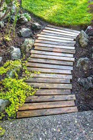 Une allée de jardin fait avec des palettes