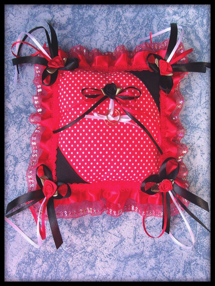"""""""réservée"""" Coussin tissu rouge/blanc/noir dentelle mariage : Accessoires de maison par orkan28"""