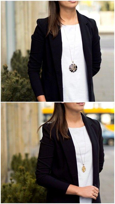 Duże zawieszki stale w modzie. Biała bluzka, czarna marynarka, naszyjnik z kamieniami.