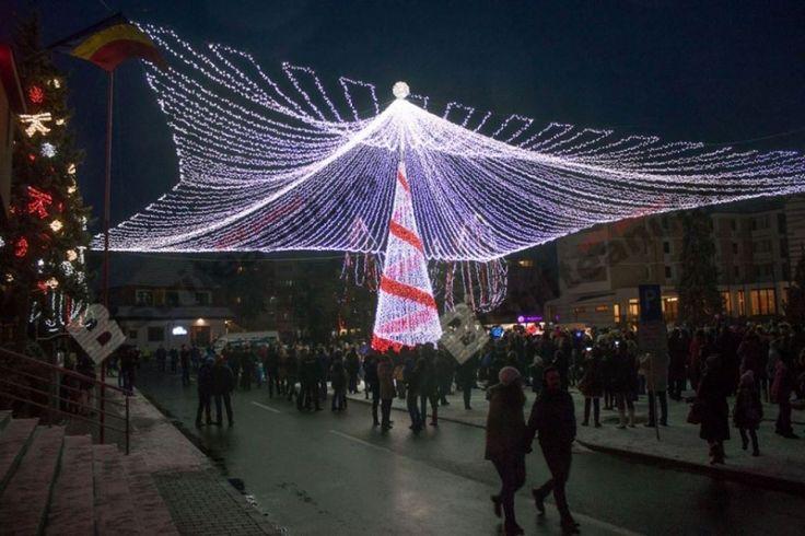 Chiar de Ziua României, atmosfera de sărbătoare a cuprins Palatul Administrativ. Zeci de mii de luminițe colorate i-au vrăjit pe cei mici, care nu s-au mai dat duși din părculețul din fața Palatului Administrativ.