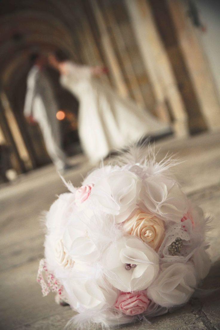 bouquet de mariée en fleurs de tissu, liberty, plumes perles et broches