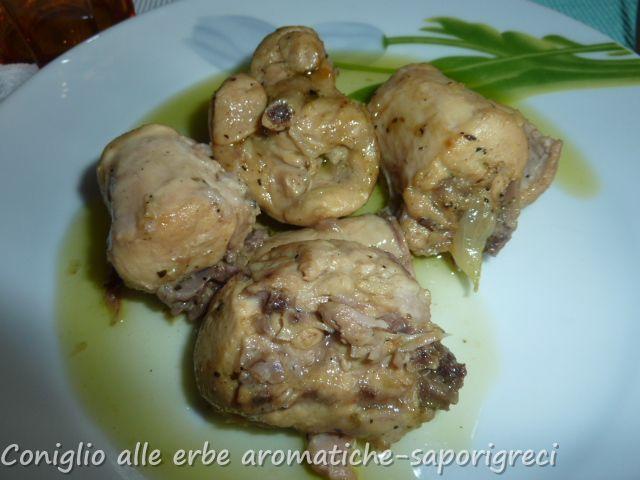 Il coniglio alle erbe aromatiche è un piatto semplice, facile da preparare, ma molto saporito. La cottura è piuttosto lunga, ma il risultato è ottimo!