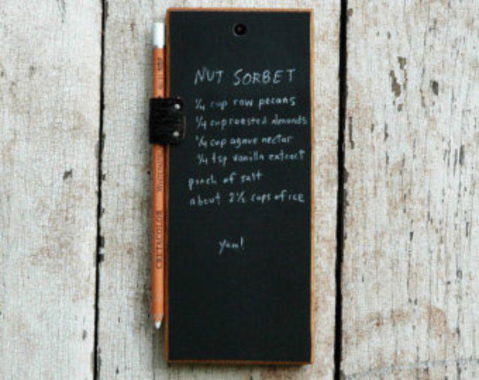 Tablette de craie, tableau, cuisine tableau, tableau signe, un petit tableau rustique, accessoires de bureau bureau, bois récupéré, Peg et poinçon