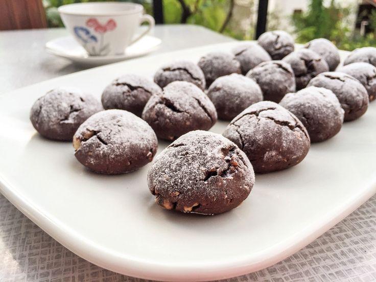 KAKAOLU PEKMEZLİ KURABİYE, Kurabiyeleri yaparken pekmezle birlikte kullandığım kakao birbirine çok yakışıyor. Diğer taraftan kattığım toz tarçın, zencefil ve muskat daha pişerken etrafa yayılan harika aromaları ile iştah açıcı oluyor. http://www.aylademir.com.tr/2015/10/kakaolu-pekmezli-kurabiye.html