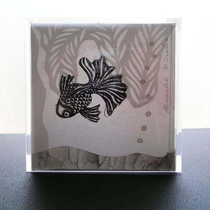 『涼しい夢』 (中) 銅版画・アクリル絵具・トレーシングペーパー・アクリルキューブ *光に透かして見ると…
