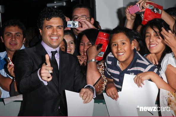 Actor Jaime Camil sign autographs during the premiere of 'Recien Cazado' at Plaza Cuicuilco on August 20, 2009 in Mexico City, Mexico.  (Photo by Victor Chavez/WireImage)