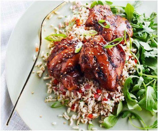 Le poulet aime le sirop d'érable et ils se marient bien ensemble dans cette variante de teriyaki ! Servir avec des pousses de roquette tendres et du riz brun cuit.   Le Poulet du Québec