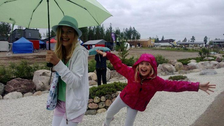 """Pikkuvieraita ei sade haittaa. Iida 7v.: """" Minä niin rakastan asuntomessuja"""". @Asuntomessut @Asuntomessut13 #Hyvinkää pic.twitter.com/vWj846mHrD"""