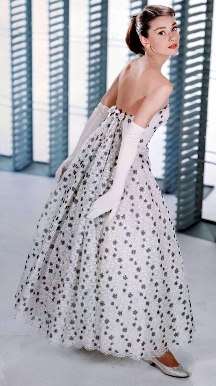"""A atriz de cinema Audrey Hepburn veste um Givenchy sem alças como a modelo ingênua em """"Cinderela em Paris"""". (1957)"""