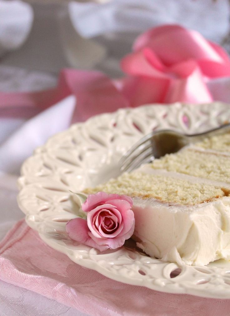 Slice of white cake with rosebud. How to decorate cakes without a piping bag.