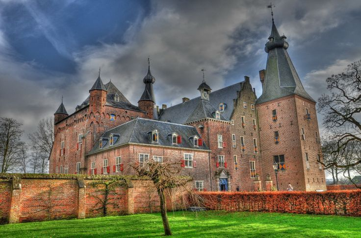 Doorwerth castle is a medieval castle that's being used as a hotel, restaurant and location for several events, parties and weddings. Fun fact: It's said that the ghost of a girl that once starved to dead inside the castle still wanders around