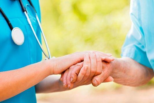 Ο Ασθενής στο Επίκεντρο της Ιατρικής Περίθαλψης - Αν ρωτήσουμε τους περισσότερους Ιατρούς, θα παραδεχτούν ότι οι ασθενείς βρίσκονται στο κέντρο των ενδιαφερόντων τους και ότι, ουσιαστικά, έχουν αφιερώσει την επαγγελματική τους ζωή στο να τους προσφέρουν θεραπευτικές λύσεις.