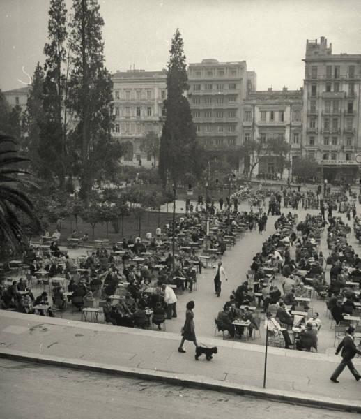 Στη πλατεία Συντάγματος για καφέ. Υπάρχουν βέβαια και οι… βιαστικοί ή που απλά βγάζουν το σκύλο βόλτα. 1948