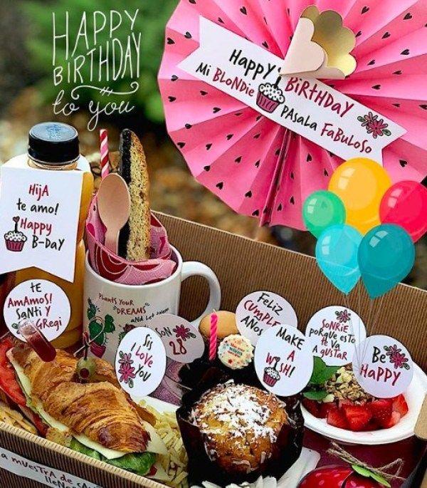 Cómo hacer un desayuno sorpresa para mamá en el día de las madres Mothers Day Breakfast, Birthday Breakfast, Homemade Gifts For Mom, Dinner Box, Brunch, Unique Birthday Gifts, Food Platters, Happy B Day, Gift Hampers