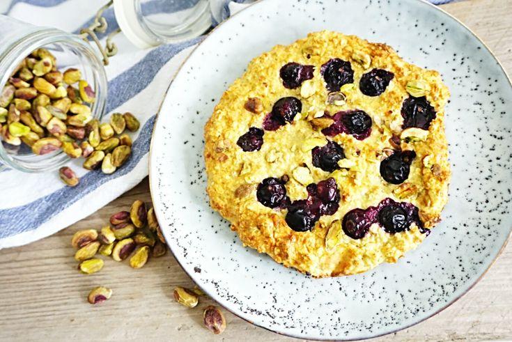 Ontbijt havermoutkoek met bessen en pistache