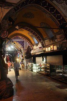 İstanbul Kapalıçarşı - İstanbul Kapalıçarşısı Fatih tarafından kurulmuş, Kanuni döneminde (1520-1566) büyütülmüş, 1701 yılında bugünkü planıyla inşa edilmiştir.