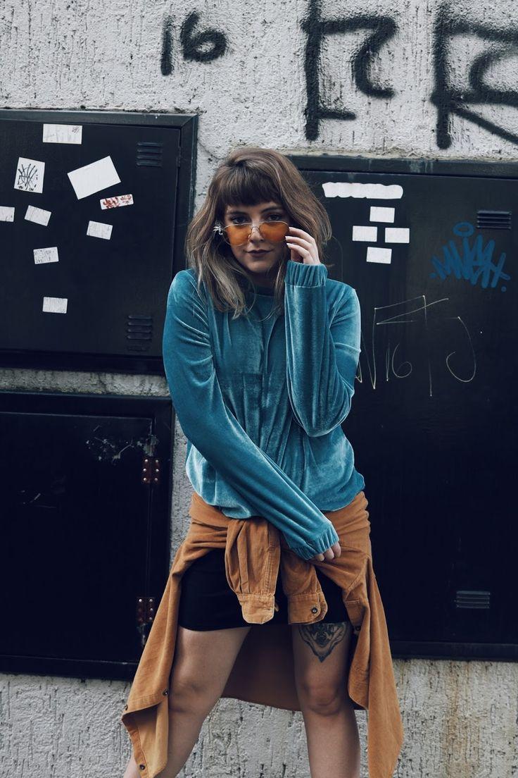 Look super vintage para se inspirar nos anos 80! girlboss, look vintage, brechó, veludo, azul, óculos de sol amarelo, bota preta, meia arrastão, carv store, dogma store, 80s, look anos 80, outfit of the day, look do dia, empoderamento, cabelo curto, short hair, hairstyle, pinterest, tumblr girl, tumblr, ootd, marieli mallmann, marieli, comprase um fusca,