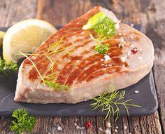 Thunfisch-Steaks sind Delikatessen aus dem Meer. Thunfisch schmeckt zart und wird von Kartoffel-Wedges oder Grillgemüse ideal ergänzt.