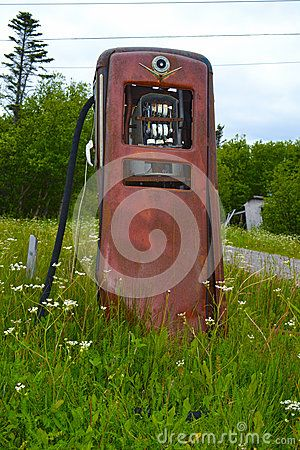 An old time gas pump by the roadside