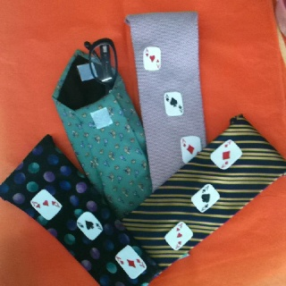 Fabulosa idea para reusar corbatas viejas. Estuche para lentes.