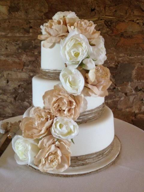 As flores acrescentam romance ao bolo. A tonalidade branca e os detalhes terrosos ajudam a manter o clima rústico.