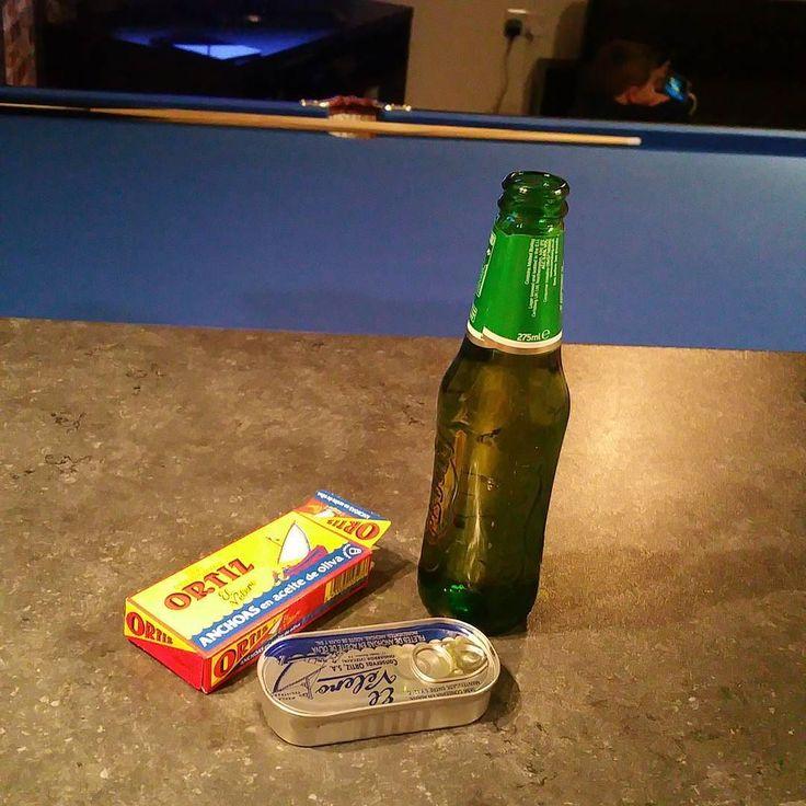 Aperitivo..... #ortiz #anchives #beer #carlsberg #pool #pooltable #clue #tv #house #home #chilling #cooking #dad #son #london #uk #londra #birra #acciughe #biliardo #stecca #aperitivo #casa # by claudioilluminati_