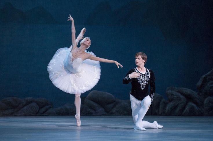 L'icona stessa del balletto, il classico dei classici, la favola danzata per eccellenza. Quarto appuntamento oggi, alle 18, al #TeatroSanCarlo con #IlLagodeiCigni, musiche di #Cajkovskij e coreografie di #Petipa e #Ivanov. Sul palco gli artisti del #Kirov. Lo spettacolo inaugura Autunno Danza '13.  #AutunnoDanza13   teatrosancarlo.it   #ilPalcoscenicodelMondo