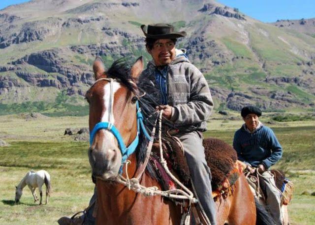 """MAPUCHES ACAMPAN PARA RESISTIR """"USURPACION"""" DE UN LIDER NEONAZI      Mapuches acampan para resistir usurpación de un líder neonaziLa comunidad Linares realiza un acampe en su territorio para evitar que el austríaco Thomas Prinzhorn ocupe ilegalmente sus tierras. Fue denunciado penalmente esta semana por usurpación. El Lonco Bernardo Tripailaf y el Werken Santiago Pereyra llamaron a la comunidad a sumarse al acampe que están realizando en el acceso a sus tierras en el paraje Aucapán para…"""