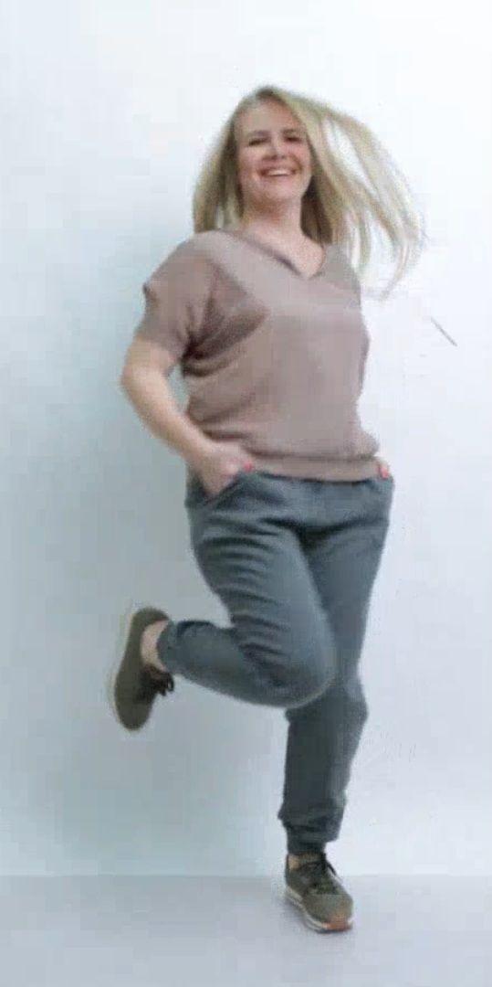 """http://www.linorusso.ru/bryuki-djoana-jenskie-oreh.html Брюки """"Джоана"""" — льняные брюки большого размера.  Изделие окрашено, ткань умягченная прошла обработку """"стоун вош"""". Брюки спортивного стиля полуприлегающего силуэта .  Брюки без застежки, пояс трикотажный, внутри вставлена резинка с кулисой. Карманы накладные закругленной формы. По линии низа брюк притачен трикотажный манжет."""