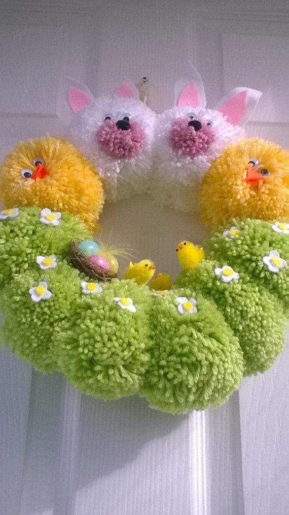 Couronne de la main de pompons, décoré de poussins de Pâques, fleurs en feutre et autres embellissements,