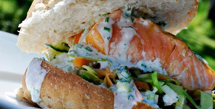 Kålsalat med revet gulrot og agurk