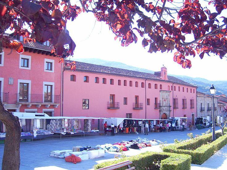 Junto al hospital de San Andrés se organiza el mercadillo semanal de Mombeltrán. Se trata de un edificio construido por la iglesia abulense, concretamente por el prior Ruy García Manso a comienzos del siglo XVI para tratar a pobres y a caminantes.