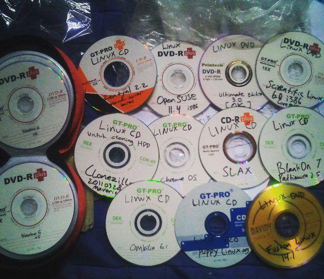 Koleksi masa-masa #galau pilah-pilih distro #Linux. 2010-2012 saat itu saya belum punya laptop sendiri. Saking penasarannya dengan #GNU/Linux setiap kali unduh dibakar ke CD/DVD untuk dicoba di #Laptop / #komputer punya orang.  Ini belum separuh koleksi yang saya punya tak terkecuali DVD #repository #BlankOn linux yang saya beli dari toko daring (baca: online) @baliwae yang berjumlah 8 DVD.  Berkenalan dengan Linux belajar tentang Linux dan sampai bisa menggunakannya untuk kebutuhan…