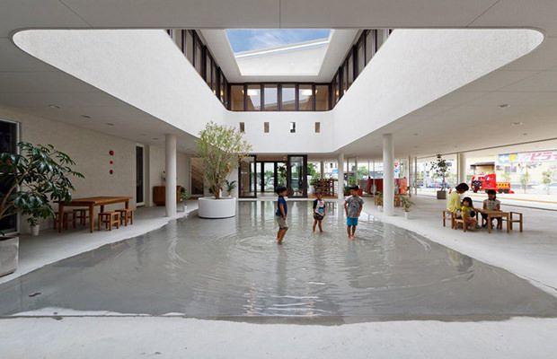Une école japonaise conçue pour créer d'énormes flaques d'eau afin d'amuser les enfants   http://www.nipponconnection.fr/une-ecole-japonaise-concue-pour-creer-des-enormes-flaques-afin-damuser-les-enfants/