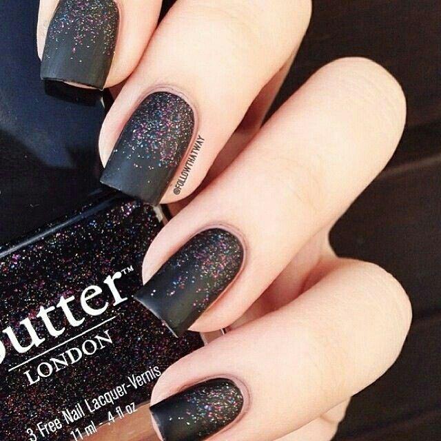 Uñas negras con efecto mate y glitter