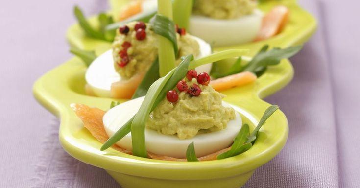 Eier mit Guacamole und rotem Pfeffer