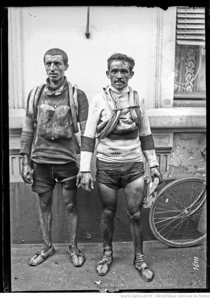 Circuit Français Peugeot (Tour de France des Indépendants) 1911, 3 settembre. Léon Vallotton (1885-1956), a destra, terzo della classifica finale e Alfons Lauwers (1885-1964)